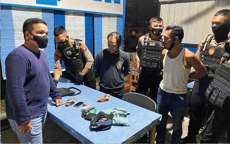 Kedua pria terlibat kasus narkoba saat diamankan di Mako Ditsamapta Polda Kalteng untuk dilakukan introgasi.
