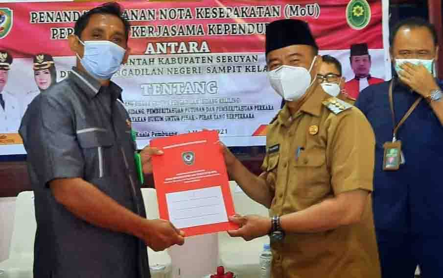 Bupati Seruyan Yulhaidir saat menyerahkan MoU kepada Ketua Pengadilan Negeri Sampit
