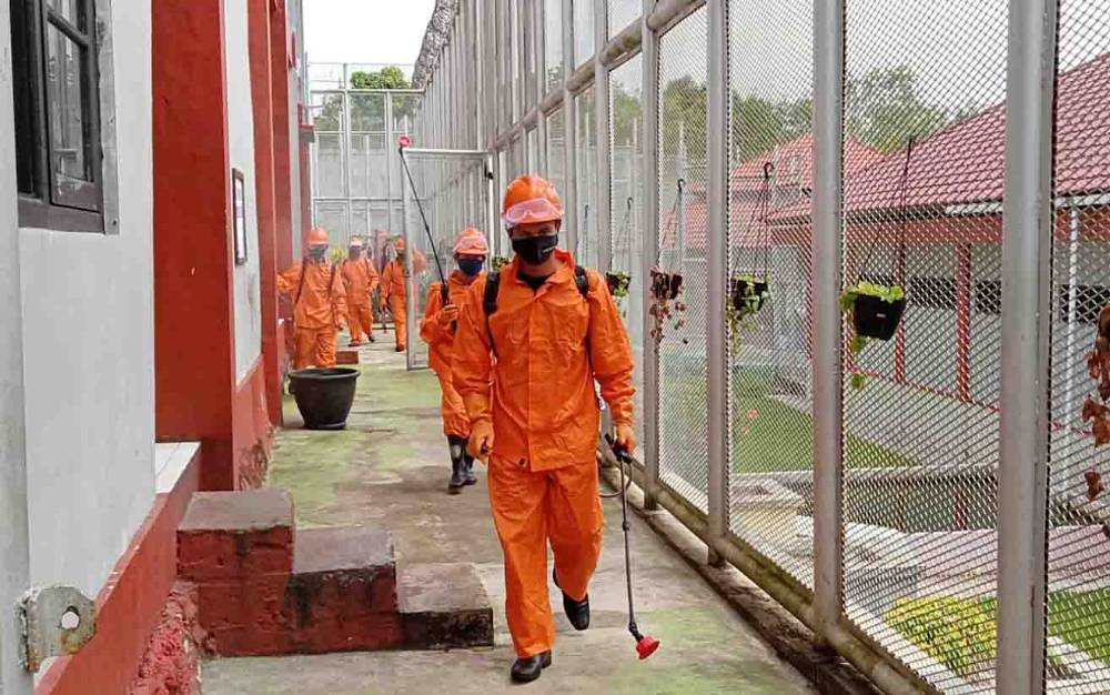 Penyemprotan disinfektan di Rutan Tamiang Layang.
