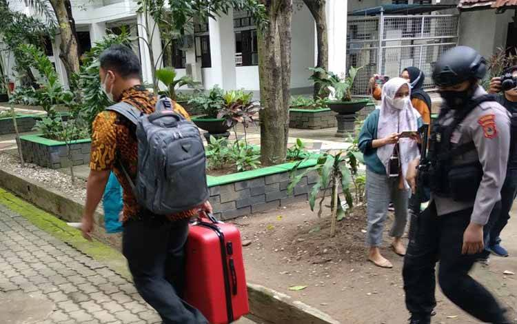 Penyidik KPK membawa koper yang diduga berisi dokumen penting dikawal ketat petugas kepolisian di Kantor Gubernur Sulsel, Rabu,(3/3/2021)