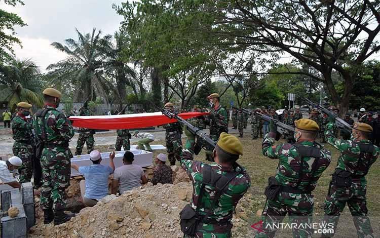 Sejumlah prajurit melakukan tembakan salvo saat proses pemakaman jenazah Kopda Anumerta Dedy Irawan yang berlangsung dengan upacara militer di Taman Makam Bahagia, Kota Pekanbaru, Riau, Selasa (2/3/2021). Kopda Anumerta Dedy Irawan gugur saat tugas dalam baku tembak dengan kelompok teroris Mujahidin Indonesia Timur (MIT) pimpinan Ali Kalora di wilayah Pegunungan Andole, Poso Pesisir Utara, Provinsi Sulawesi Tenggara pada Senin (1/3/2021)