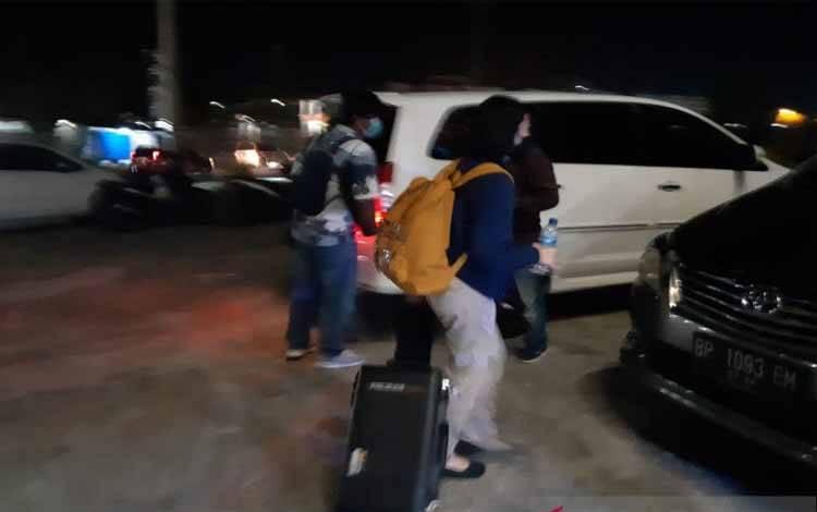 Anggota KPK saat membawa dokumen dari Kantor BP FTZ Bintan, Senin malam