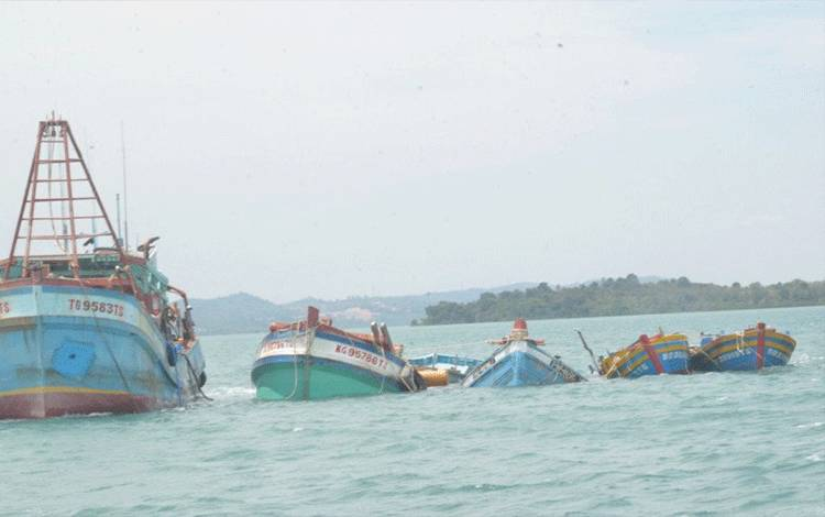 Proses penenggelaman kapal pencuri ikan. ANTARA/HO-KKP