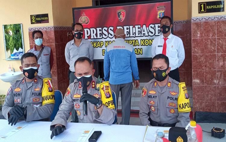 Kegiatan rilis kasus kebakaran lahan yang terjadi di lahan berlokasi di Jalan Pangkalan Bun - Kotawaringin Lama Km 7 Gang Bahaum,lbyang digelar Polres Kobar, Kamis 4 Maret 2021.