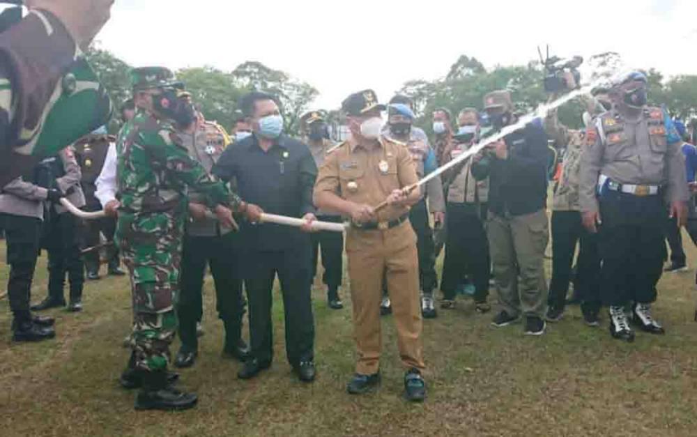 Gubernur Kalteng, Sugianto Sabran bersama sejumlah pejabat saat mencoba peralatan pemadam.