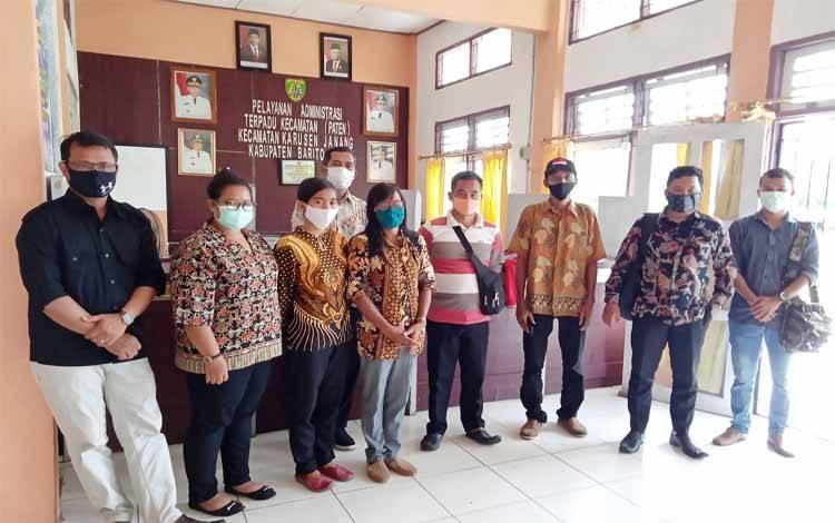 Pengurus PPDI Barito Timur bersama penasihat hukum saat mendatangi kantor Camat Karusen Janang