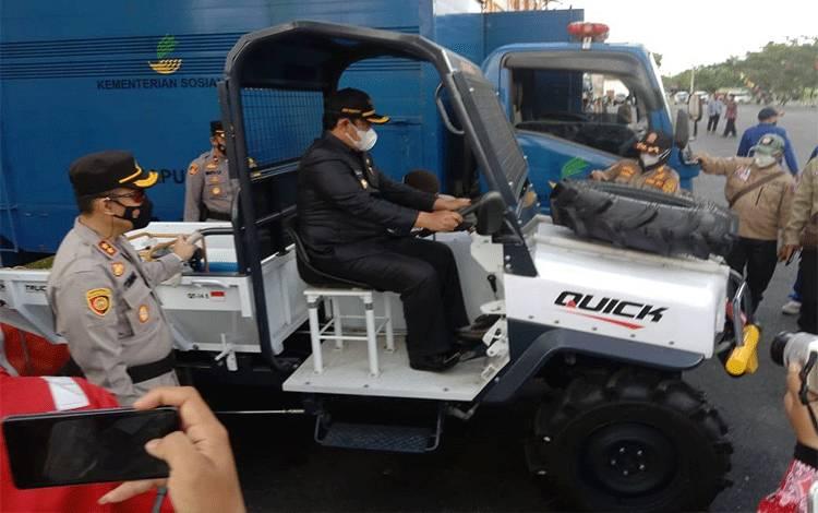 Bupati Pulpis didampingi Kapolres dan Kalaksa BPBD Pulpis Edy Pratowo mengecek kesiapan Sapras dalam menanggulangi Karhutla
