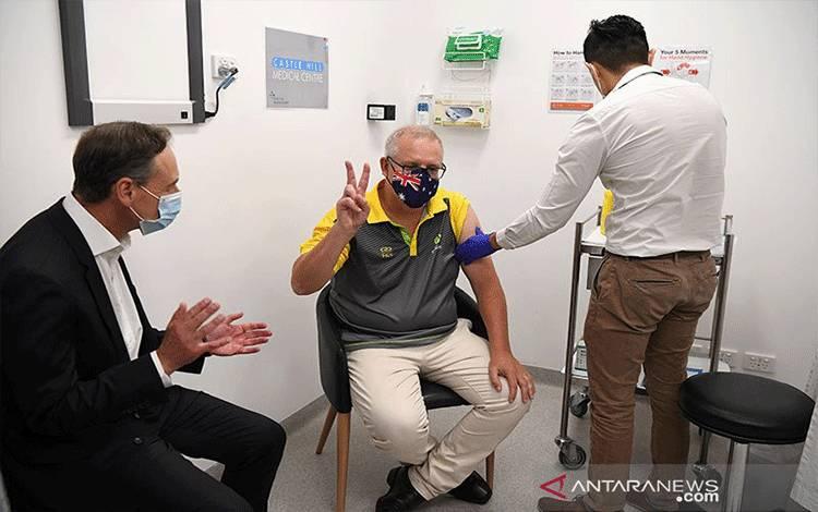 Perdana Menteri Australia Scott Morrison menerima vaksinasi COVID-19 di Castle Hill Medical Center untuk melihat pratinjau program vaksinasi COVID-19, di Sydney, Australia (21/2/2021). ANTARA/REUTERS/AAP Image/Joel Carrett/aa. (REUTERS/STRINGER)