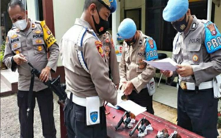 Personel Sipropam Polres Kapuas saat melakukan pengecekan senpi di Mako Polsek Selat.