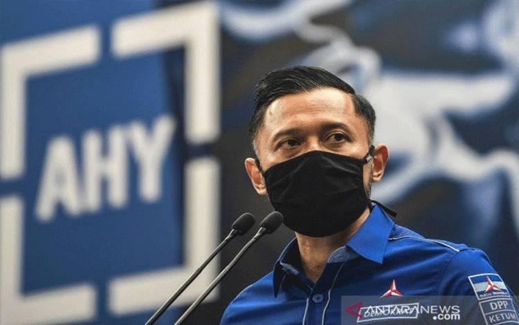 Ketua Umum DPP Partai Demokrat Agus Harimurti Yudhoyono (AHY) memberikan keterangan pers di Kantor DPP Partai Demokrat , Jakarta, Senin (1/2/2021). AHY menyampaikan adanya upaya pengambilalihan kepemimpinan Partai Demokrat secara paksa yang diduga gerakan itu melibatkan pejabat penting pemerintahan. (ANTARA/Muhammad Adimaja/rwa)