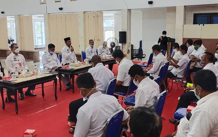 Pemkab Sukamara saat melakukan pertemuan bersama kades, camat dan lurah se Kabupaten Sukamara.