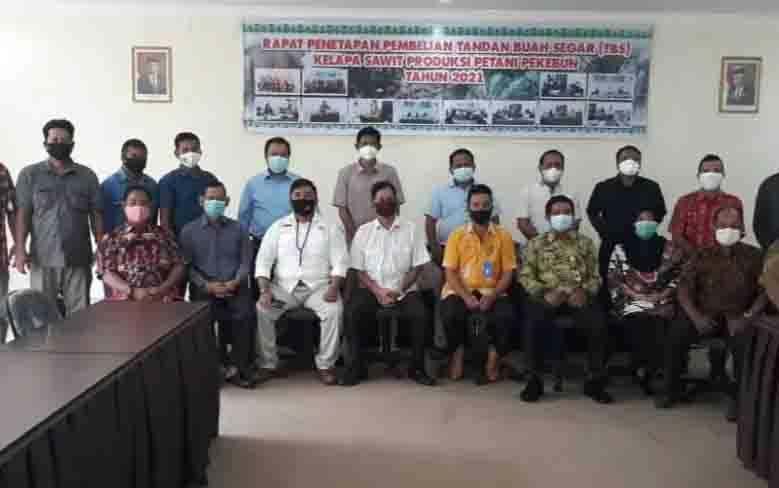Kepala Bidang Pengolahan dan Pemasaran Hasil Perkebunan, Dinas Perkebunan Kalteng, Evangelis poto bersama dengan perusahaan mitra dan perwakilan petani plasma.