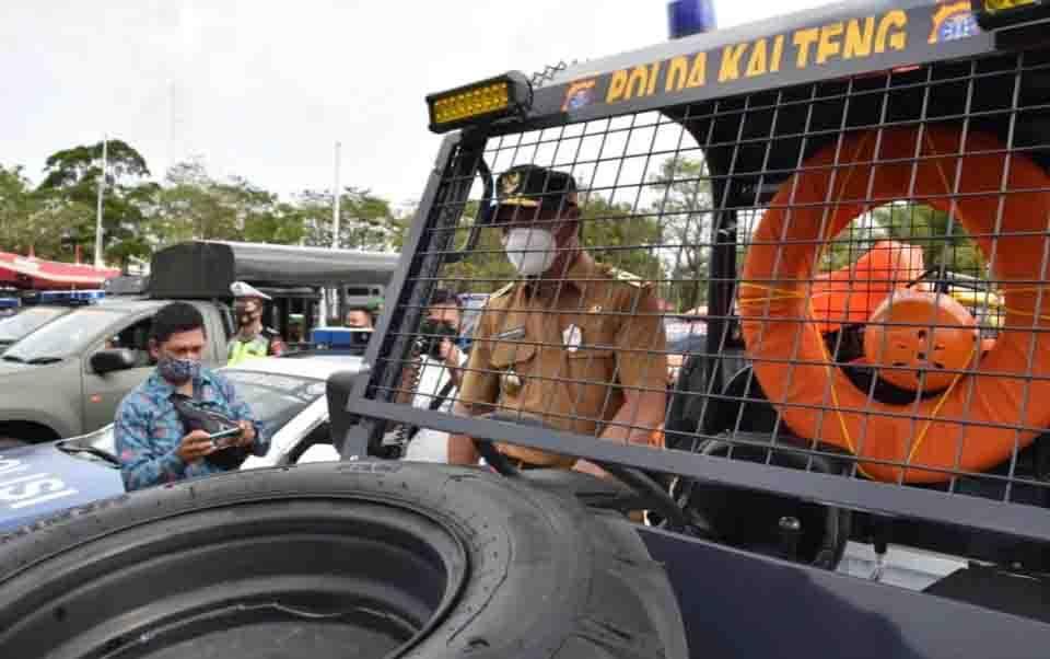 Gubernur Kalteng, Sugianto Sabran saat mengecek sapras serta alat utama penanganan Karhutla di Kalteng.