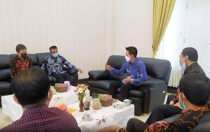 Bupati Barito Utara saat menerima kunjungan anggota DPRD Kalteng, Kamis, 4 Maret 2021.