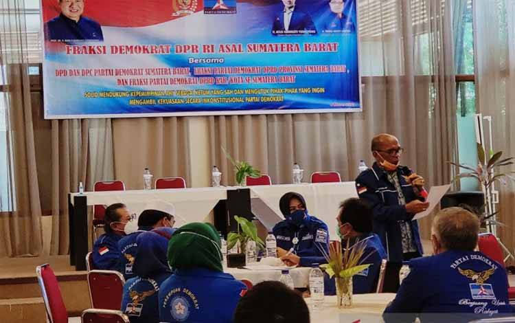Demokrat tingkat provinsi dan kabupaten/kota se-Sumatera Barat saat mendeklarasikan penolakan terhadap isu Kongres Luar Biasa (KLB)