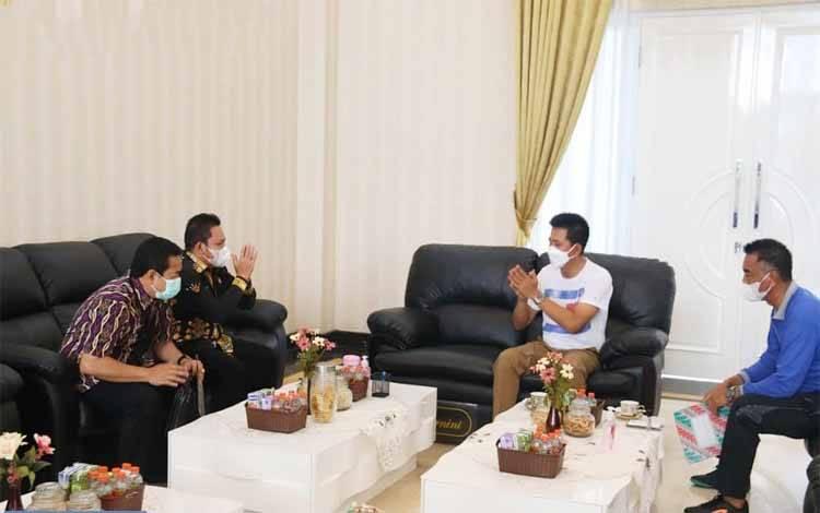 Bupati Barito Utara, Nadalsyah bersama Wakilnya Sugianto Panala Putra saat menerima tamu dari berbagai instansi di rumah jabatan, Jumat 5 Maret 2021