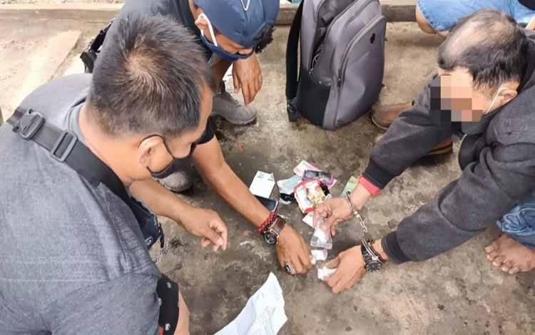 Terduga bandar sabu asal Kalsel bersama barang bukti saat diamankan anggota Polres Barsel