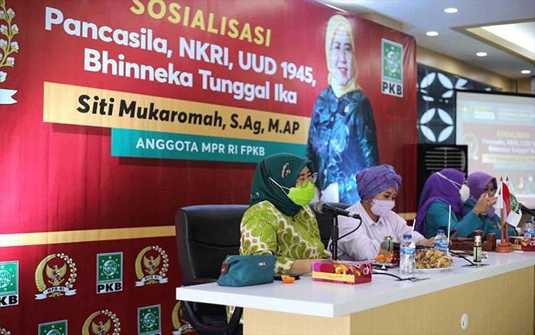 Anggota MPR/DPR RI Siti Mukaromah (kiri) saat menyampaikan materi dalam kegiatan Sosialisasi Empat Pilar Kebangsaan, di Cilacap, Jumat (5/3/2021). ANTARA/HO-Tim Siti Mukaromah