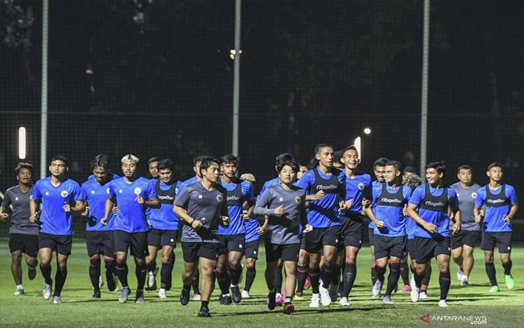 Sejumlah pesepak bola Tim Nasional U-22 berlatih di Lapangan D, Kompleks GBK, Senayan, Jakarta, Selasa (2/3/2021) ANTARA FOTO/M Risyal Hidayat/wsj. (ANTARA FOTO/M RISYAL HIDAYAT)