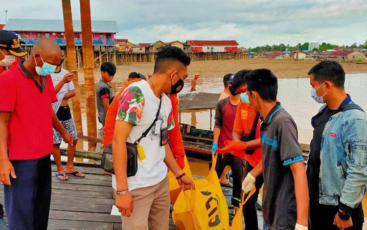 Mayat korban saat dilakukan evakuasi ke RS Doris Sylvanus Palangka Raya.