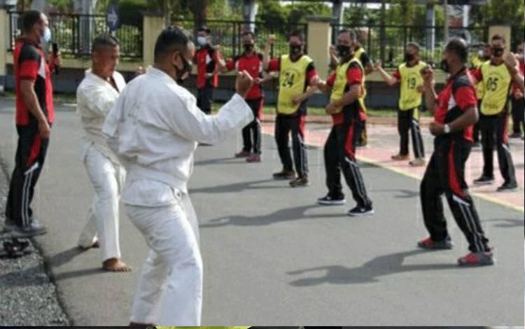 Personel Polres Kapuas saat mengikuti tes kesehatan jasmani dan bela diri di halaman Mako Polres setempat.