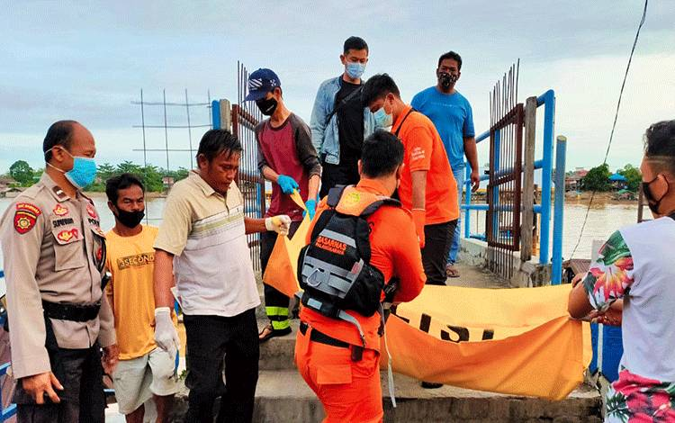 Petugas saat mengevakuasi korban menuju RSUD dr Doris Sylvanus Palangka Raya.
