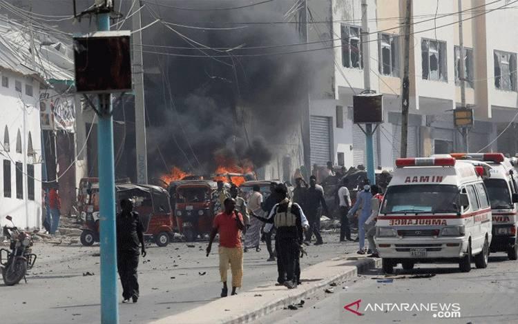 Petugas keamanan Somalia mengamakan lokasi sebuah ledakan di Mogadishu, Somalia, Sabtu (13/2/2021). ANTARA FOTO/REUTERS/Feisal Omar/foc/cfo