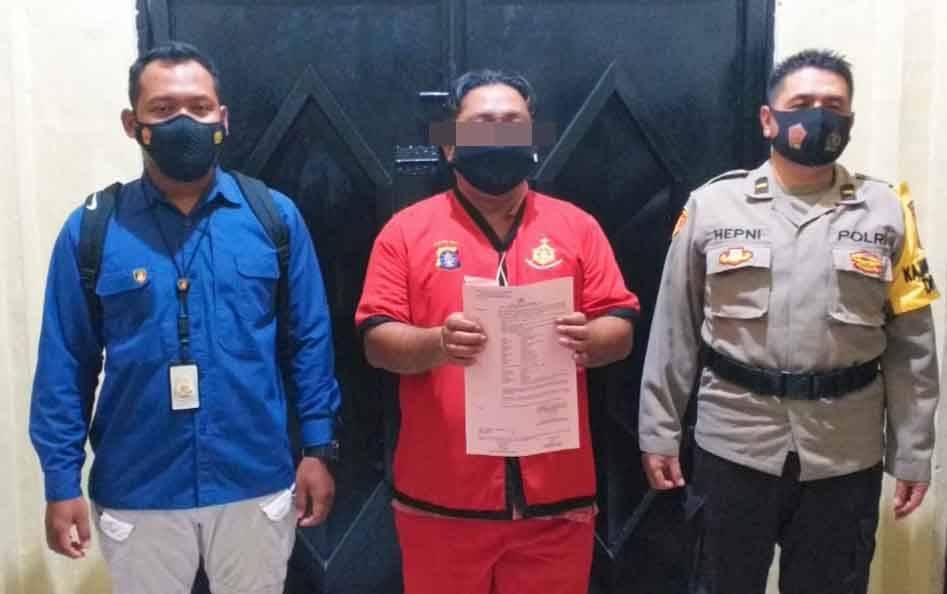 Tersangka kasus mafia tanah, FEK (tengah) diamankan di Polda Kalteng.