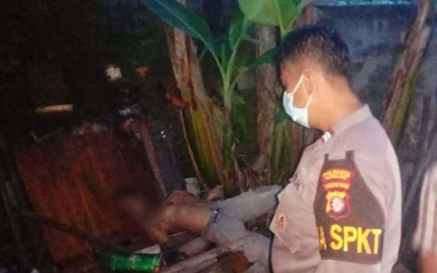 Polisi mendatangi lokasi tewasnya kuli bangunan di Palangka Raya, Sabtu sore, 6 Maret 2021.