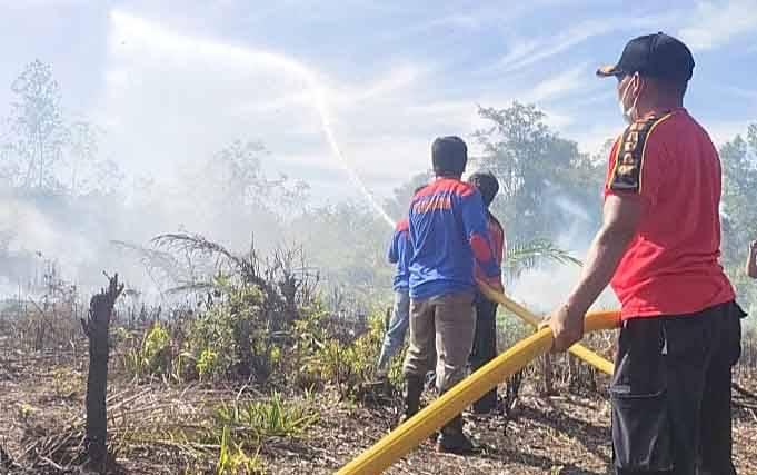 Petugas dari Pos Damkar Tamiang Layang saat memadamkan kebakaran lahan di Desa Murutuwu, Sabtu, 6 Maret 2021.