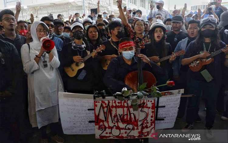Sejumlah orang menghadiri proses pemakaman Kyal Sin (19) alias Angel, seorang pengunjuk rasa yang tewas tertembak oleh pihak militer saat berunjuk rasa menentang kudeta militer di Mandalay, Myanmar, Kamis (4/3/2021)