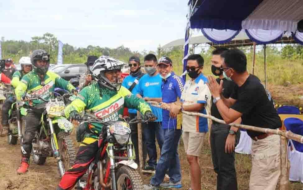 Wakil Bupati Barito Utara, Sugianto Panala Putra saat mengibarkan bendera start dimulainya touring Hadaduhuppart 1, Minggu 7 Maret 2021, di Telaga Biru, Dusun Bayas, Kelurahan Lanjas, Kecamatan Teweh Tengah.