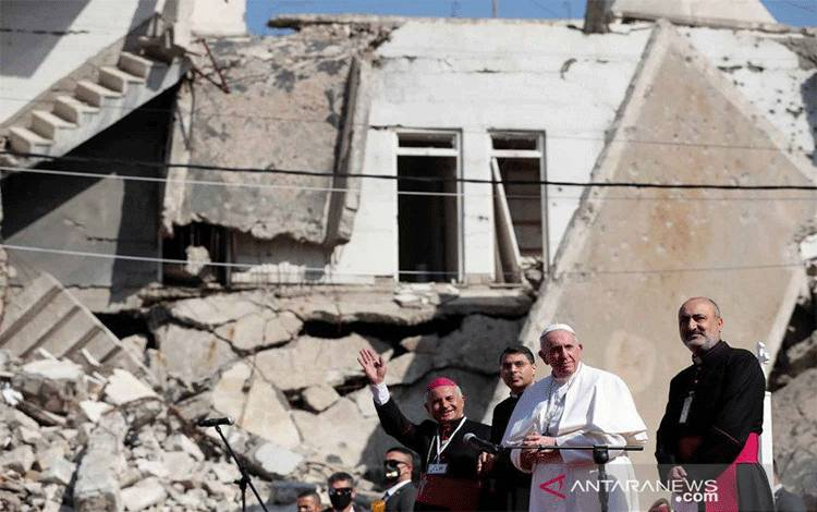 Paus Fransiskus (kedua kanan) tiba untuk mendoakan korban perang di 'Hosh al-Bieaa', Church Square, Kota Tua Mosul, Irak, Minggu (7/3/2021). ANTARA FOTO/REUTERS/Yara Nardi/rwa.