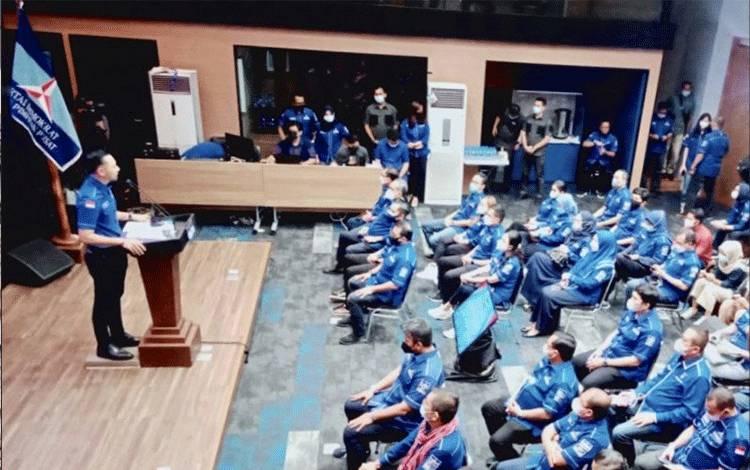 Ketua Umum DPP Partai Demokrat Agus Harimurti Yudhoyono (AHY) (kiri) menyampaikan sambutan pada pembukaan rangkaian rapat konsolidasi partai bersama pengurus di tingkat pusat, daerah, dan cabang di kantor Dewan Pengurus Pusat (DPP) Partai Demokrat, Jakarta, Minggu (7/3/2021). (ANTARA/HO-Partai Demokrat)