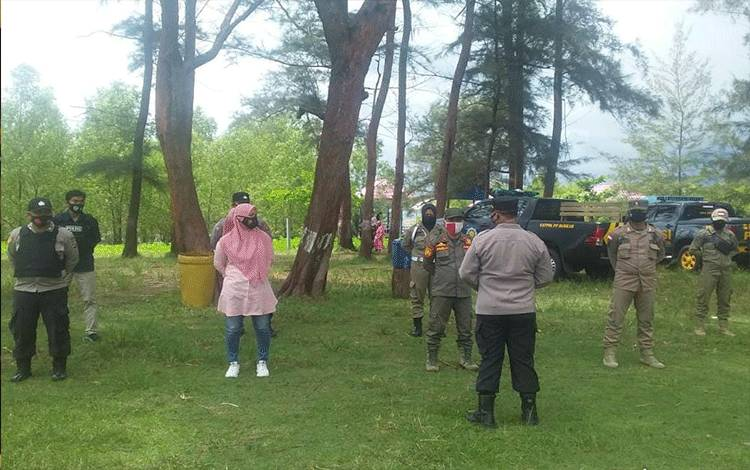 Personel gabungan saat hendak pelaksanaan operasi yustisi di kawasan wisata Sungai Bakau.