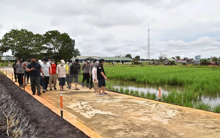 Gubernur Kalteng, Sugianto Sabran saat melakukan penjauan di Kawasan Food Estate Kabupaten Kapuas.
