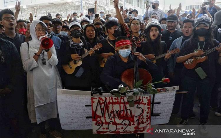 Sejumlah orang menghadiri proses pemakaman Kyal Sin (19) alias Angel, seorang pengunjuk rasa yang tewas tertembak oleh pihak militer saat berunjuk rasa menentang kudeta militer di Mandalay, Myanmar, Kamis (4/3/2021). ANTARA FOTO/REUTERS/Stringer/wsj.