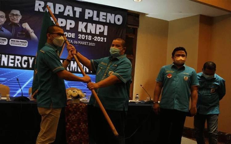 Wakil Ketua Umum DPP KNPI, Ahmad Andi Bahri (dua kiri), menyerahkan bendera pataka KNPI kepada Mustahuddin (kiri), disaksikan Sekretaris Jenderal, Jackson Aw Kumaat (dua kanan), A Hehanusa (kanan) seusai rapat Rapat Pleno DPP KNPI Periode 2018-2021 di Jakarta, Sabtu (7/3/2021). (ANTARA/Humas DPP KNPI).