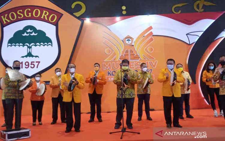 Ketua Umum Partai Golkar Airlangga Hartato (ketiga kanan) saat membuka Mubes IV Kosgoro 1957 di Cirebon, Jawa Barat, Minggu (7/3/2021)