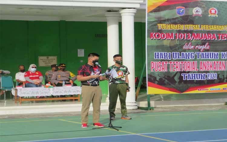 Dandim 1013 Muara Teweh Letkol Kav Rinaldi Irawan saat membuka kegiatan turnamen futsal persahabatan Dalam rangka memperingati HUT Pusterad ke-32
