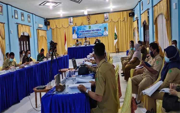 Pemkab Sukamara saat menggelar forum konsultasi publik rancangan awal Rencana Kerja Pembangunan Daerah (RKPD)