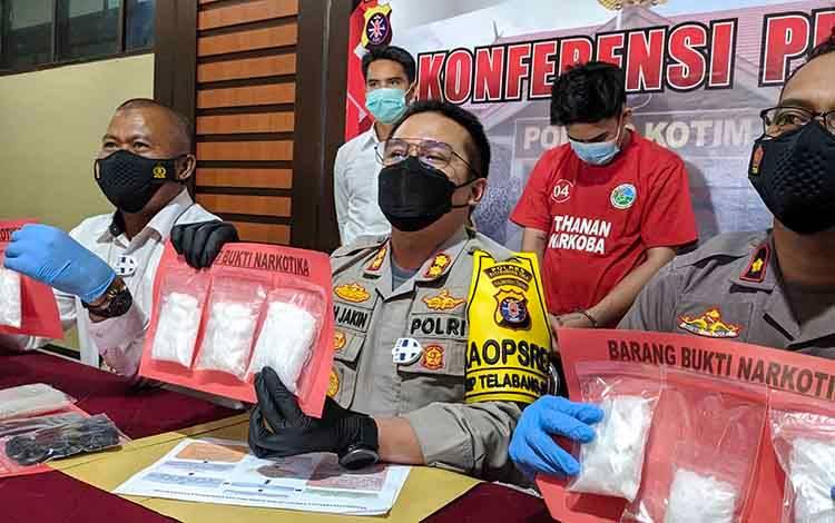 Kapolres Kotim AKBP Abdoel Harris Jakin, didampingi Waka Polres Kompol Abdul Aziz, dan Kasat Narkoba Iptu Arasi, saat menunjukan barang bukti sabu seberat 709,58 gram.