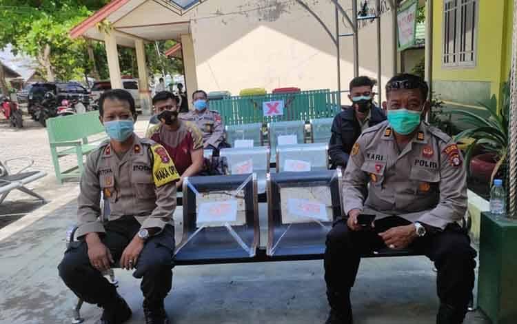Wakapolres Sukamara, Kompol Achmad Mustofa Nur saat menunggu giliran vaksinasi covid-19 di Puskesmas Sukamara.