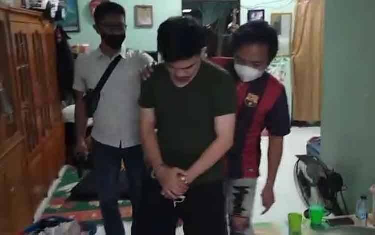 Tersangka bandar sabu saat digiring jajaran kepolisian usai ditangkap di rumahnya.