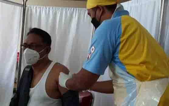 Ketua DPRD Kobar Rusdi Gozali saat disuntik vaksin di RSUD Sultan Imanuddin Pangkalan Bun.