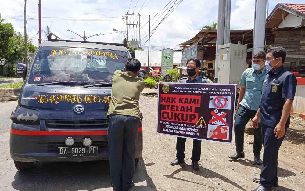 Pengadilan Negeri Tamiang Layang melakukan kampanye menolak gratifikasi.