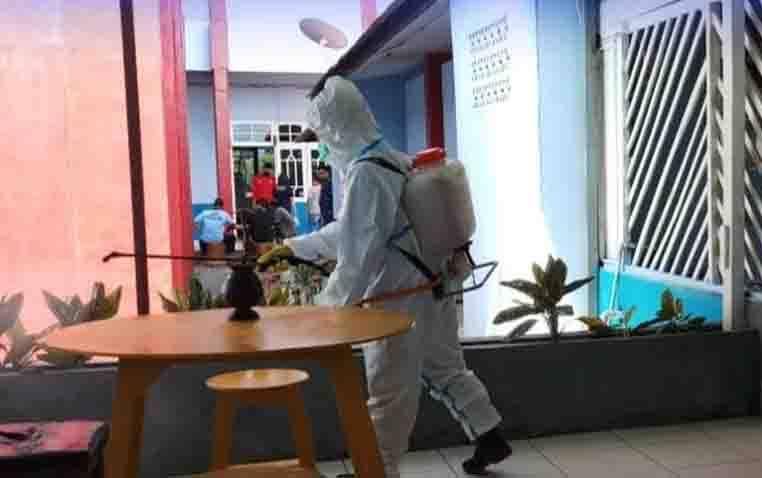 Petugas BPBPK Provinsi Kalteng melakukan penyemprotan cairan disinfektan di area Lapas Kelas IIA Palangka Raya.