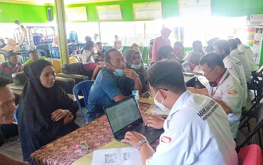 Verifikasi peserta permohonan pengesahan nikah di Desa Muara Plantau, Barito Timur.