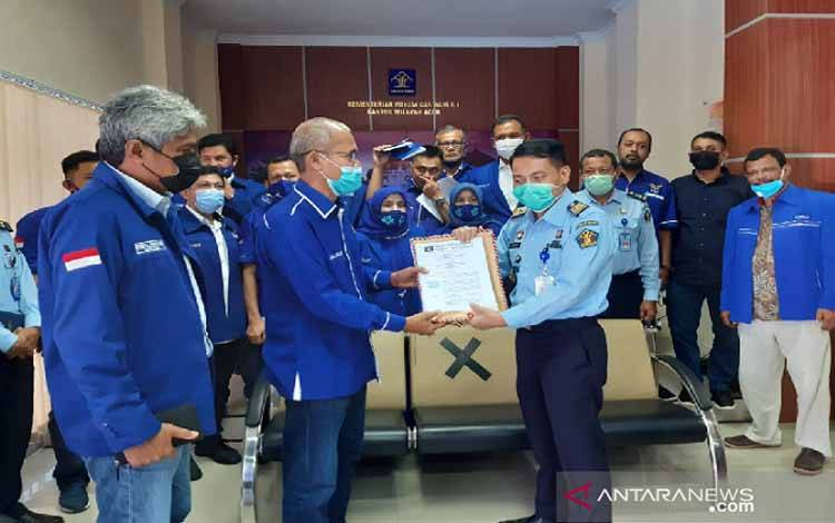 akil Ketua DPD Demokrat Aceh memberikan berkas kepada Kepala Kemenkumham Aceh, di Banda Aceh, Senin (8/3/2021)