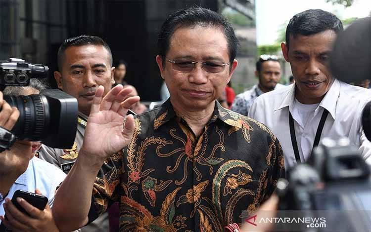 Mantan Ketua DPR Marzuki Alie (tengah) meninggalkan gedung KPK usai diperiksa di Jakarta, Senin (8/1). Marzuki Alie diperiksa sebagai saksi terkait kasus korupsi pengadaan KTP Elektronik dengan tersangka Anang Sugiana Sudiharjo